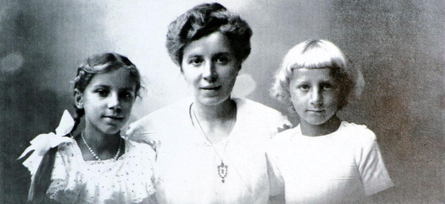 Mit Mutter und Schwester • um 1918 in Kassel