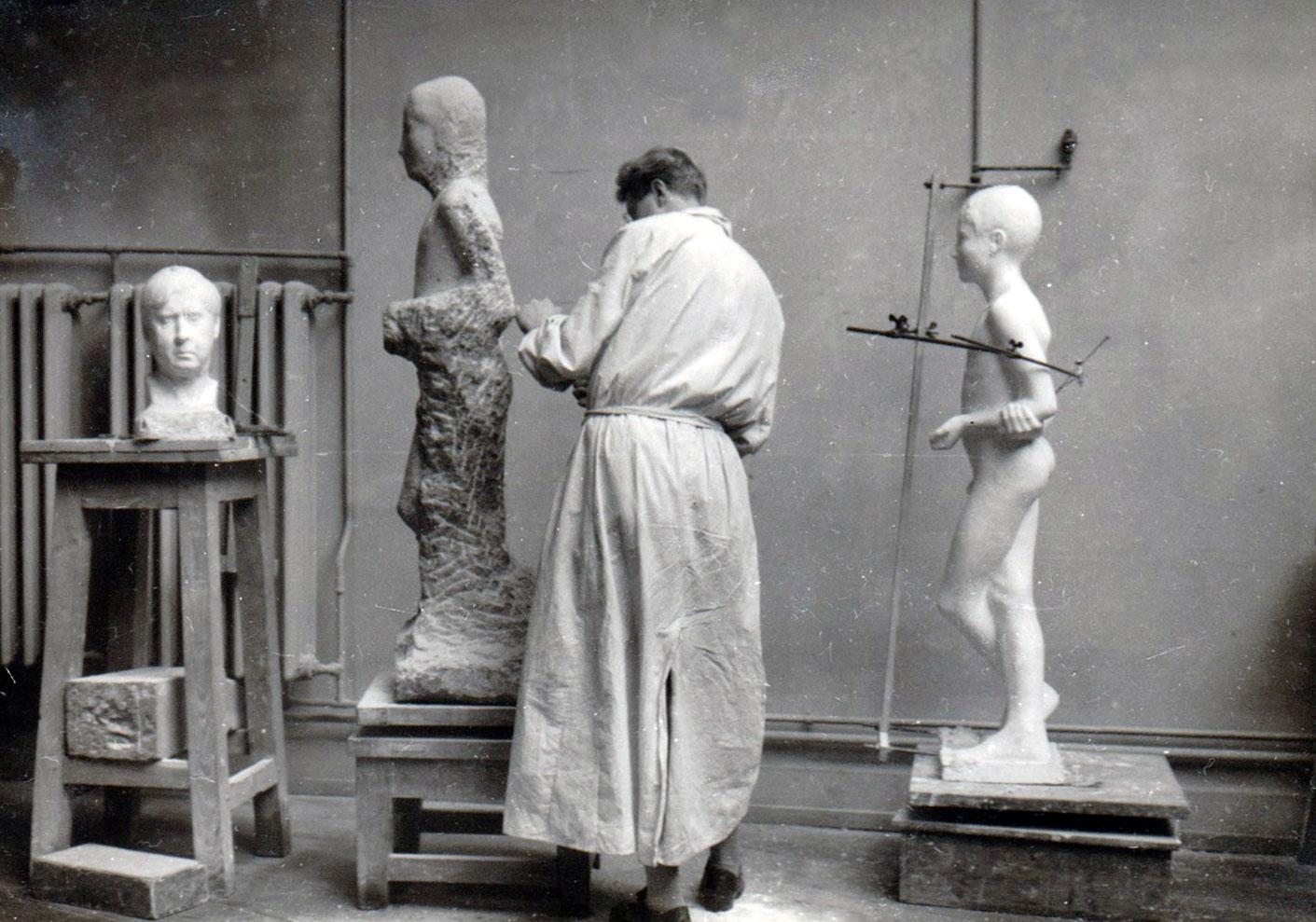 Atelier Städelschule Frankfurt • 1933/34 • Arbeit an der Knabenfigur, die später vom Jugendfreund Fritz Hohmann erworben und aufgestellt wurde