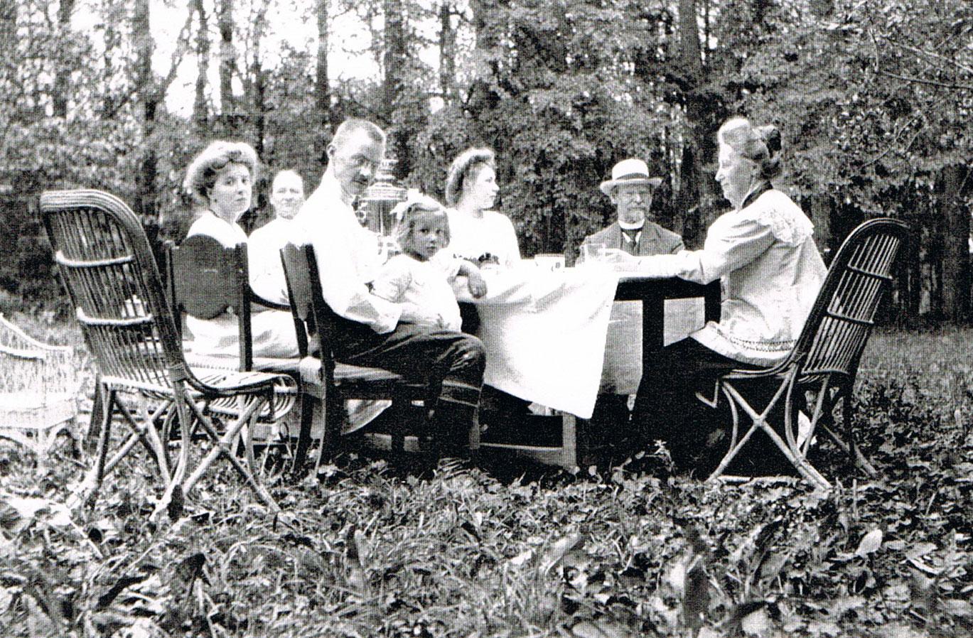 vorne links die Mutter • rechts im Vordergrund die ältere Schwester • 1913 in der Nähe von Moskau
