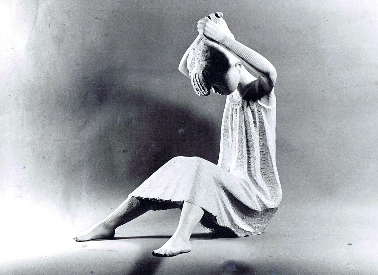 Hockendes Mädchen im Gewand • 46 cm • Gips • 1967