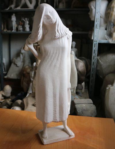 Gewandfigur, eine Hand im Haar (Cordula) • 53,5cm • um 1978