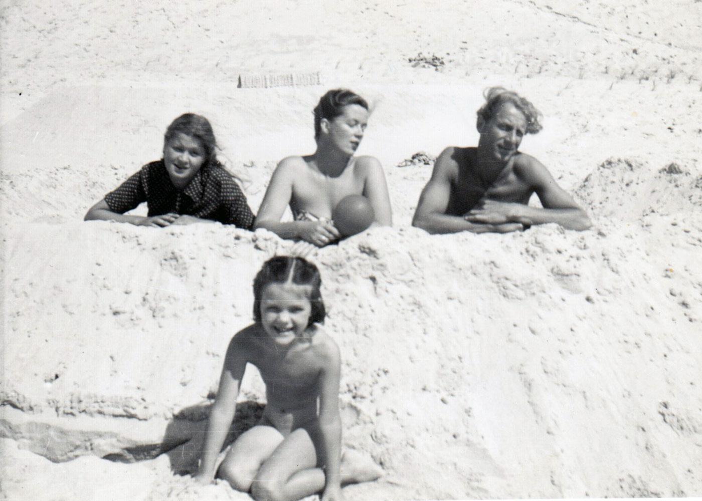 Erste Ehe • Sylt • 1953 • von links Marleen, erste Ehefrau Lisel, Rudolf Alexander und im Vordergrund Iris Agricola