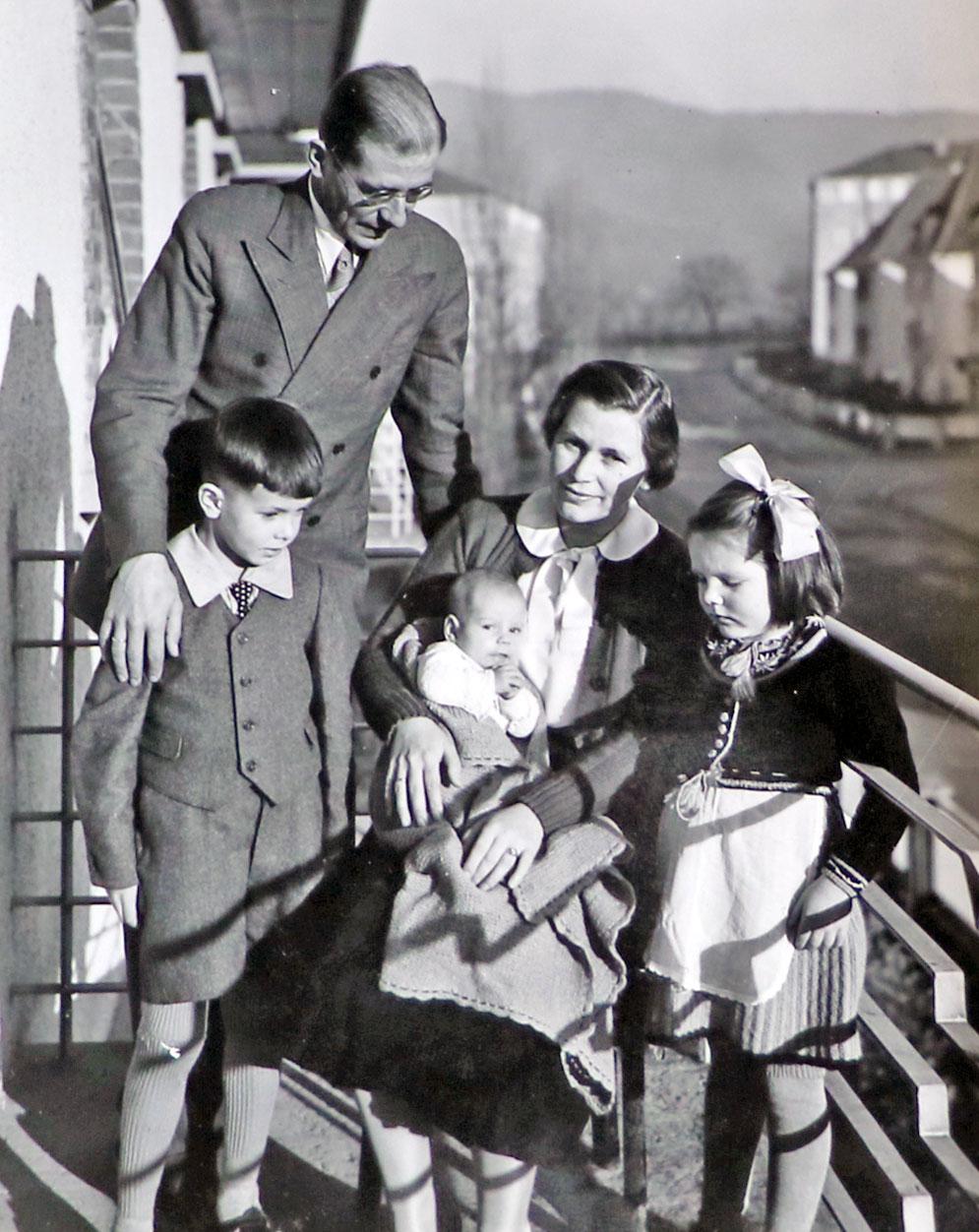 Walter Herwig Schuchardt war Professor für klassische Archäologie in Freiburg • Er nahm Agricola 1934 auf eine mehrmonatige Griechenlandreise mit • Die Eindrücke dieser Reise waren von wesentlicher Bedeutung für seine spätere künstlerische Entwicklung • hier Walter Schuchardt und Familie
